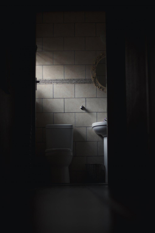 Svartmögel kan finnas i badrum och andra utrymmen i hemmet, gör ett mögeltest